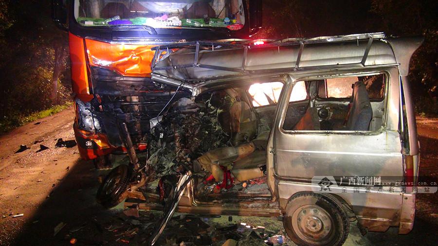 桂平一辆面包车与大货车相撞 4人当场死亡(组图)