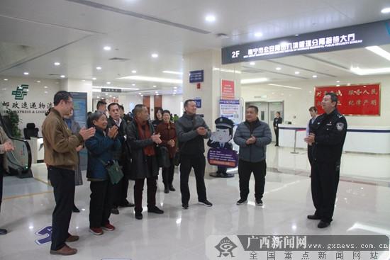 """南宁出入境""""警营开放日"""" 展示40年变化"""