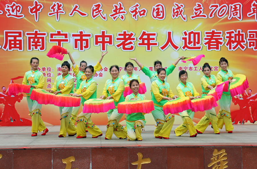 南宁市中老年人扭起迎猪年新春秧歌 现场热闹非凡