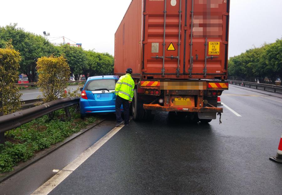 大货车避让前车急变道 与一小车碰撞后双双撞护栏