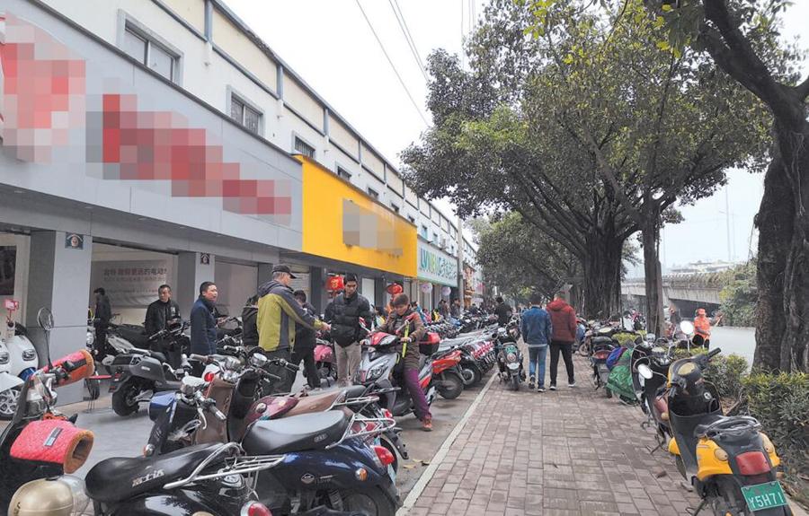 担心要考驾照上保险 南宁市民扎堆买电动自行车