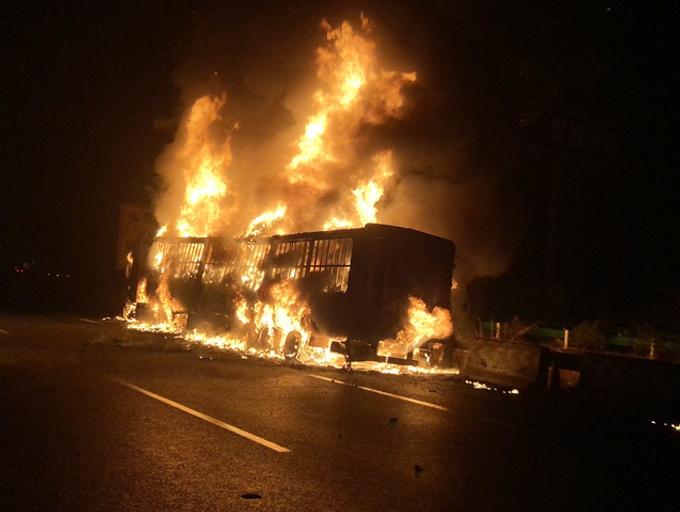 泉南高速一货车起火火势凶猛 百万货物付之一炬
