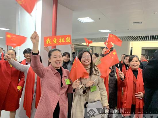 政协委员高唱《我和我的祖国》向祖国致意