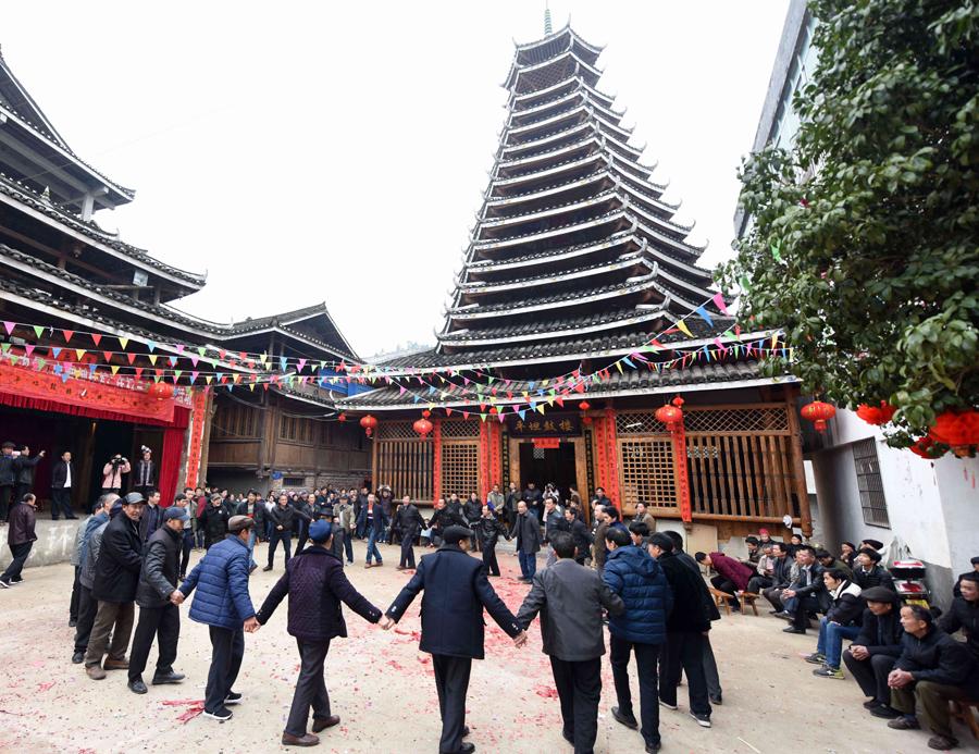 高清:不用钉铆的建筑 三江群众欢庆新鼓楼落成