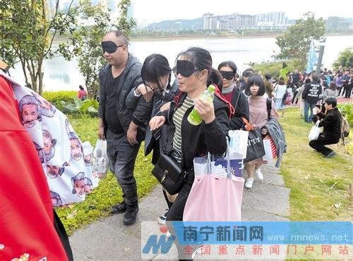 南宁二中举行成人典礼活动 学生双肩负重搀扶父母