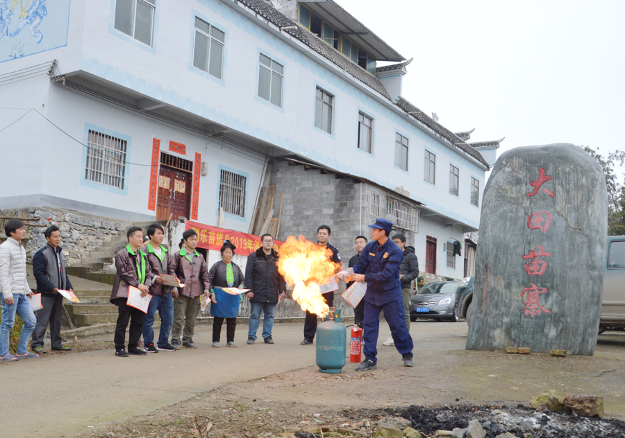 煤气罐起火别慌张 环江消防传授群众防火灭火技能