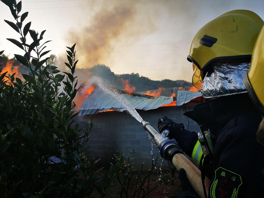 德保一300平方米木材仓库突发火灾 大火已被扑灭