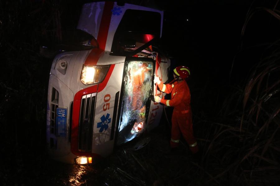 救护车侧翻路边驾驶员被困 宜州消防紧急救援(图)