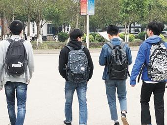 """南宁""""大学生背书包上课堂""""上热搜 校方:不要误读"""
