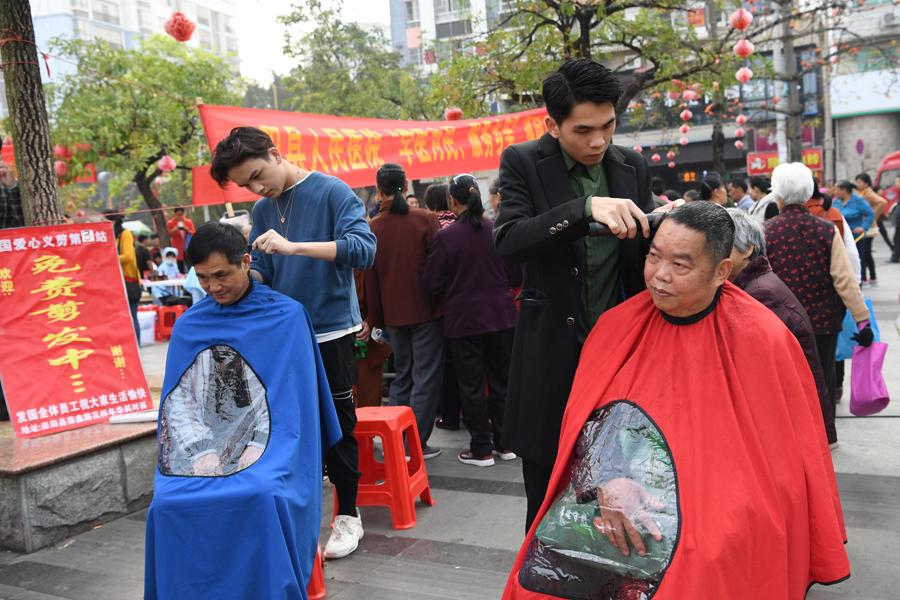 田阳县集中开展学雷锋志愿服务活动