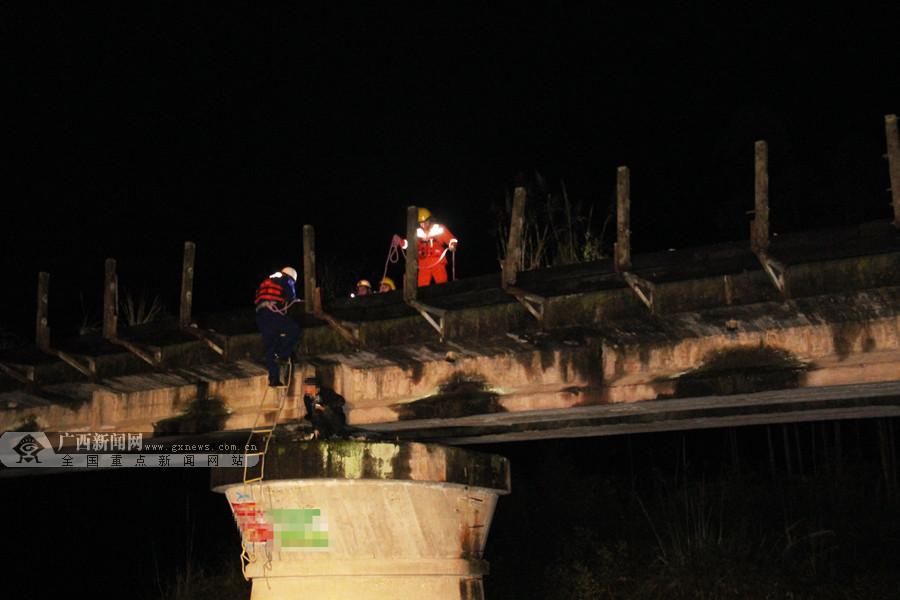 男子驾摩托冒险过河不慎掉水 消防成功救援(图)