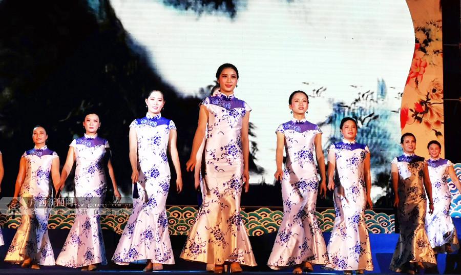 """河池妇女代表举行旗袍秀欢庆""""三八""""国际妇女节"""