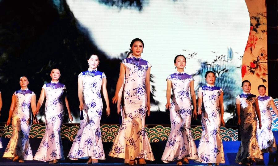 河池妇女代表举行旗袍秀欢庆
