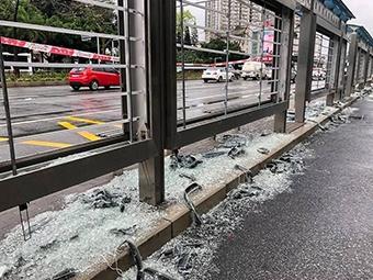 [视频]南宁一路口多个公交站台被砸 玻璃碎了一地