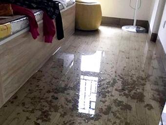 3月12日焦点图:家里被污水浸泡 谁来赔偿成难题