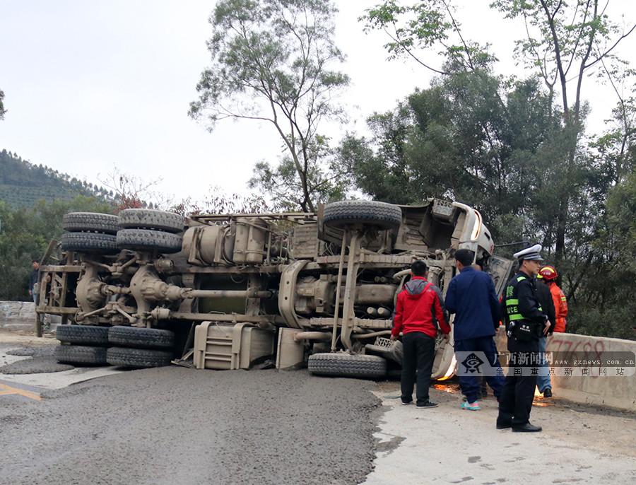 混凝土运输车发生侧翻司机生命危急 消防紧急救援