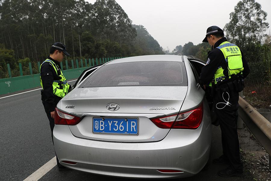 广西高速交警查获一走私香烟车辆 司机弃车逃跑