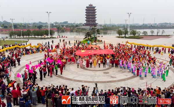 玉林千人唱响《我和我的祖国》庆祝新中国成立70周年