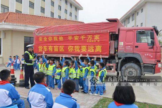 钦州开展交通安全进校园活动 学生体验汽车