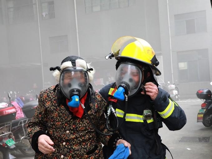 桂林一高層住宅起火 消防營救疏散600余人(組圖)