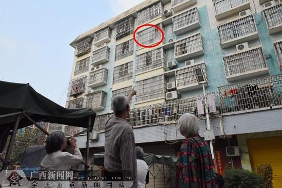 两岁男孩半身悬空挂在防盗网上 两名路人英勇救娃