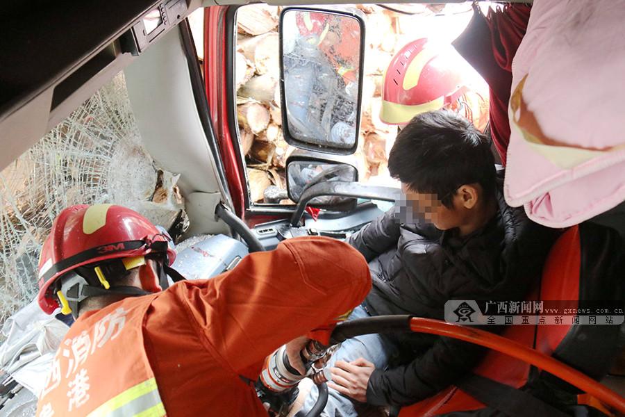 雨天路滑两大货车追尾 被困男子获救身体无大碍
