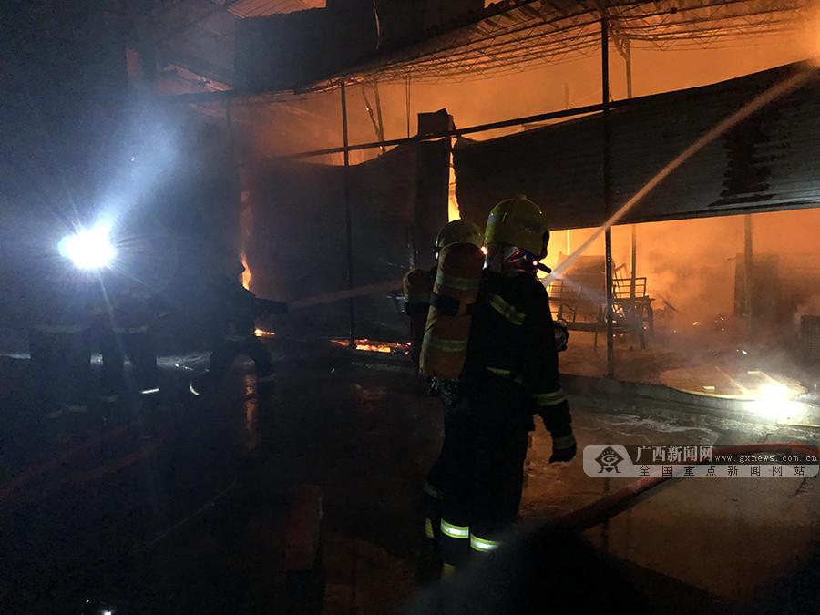 来宾一市场铺面起火 消防快速处置无人员伤亡(图)
