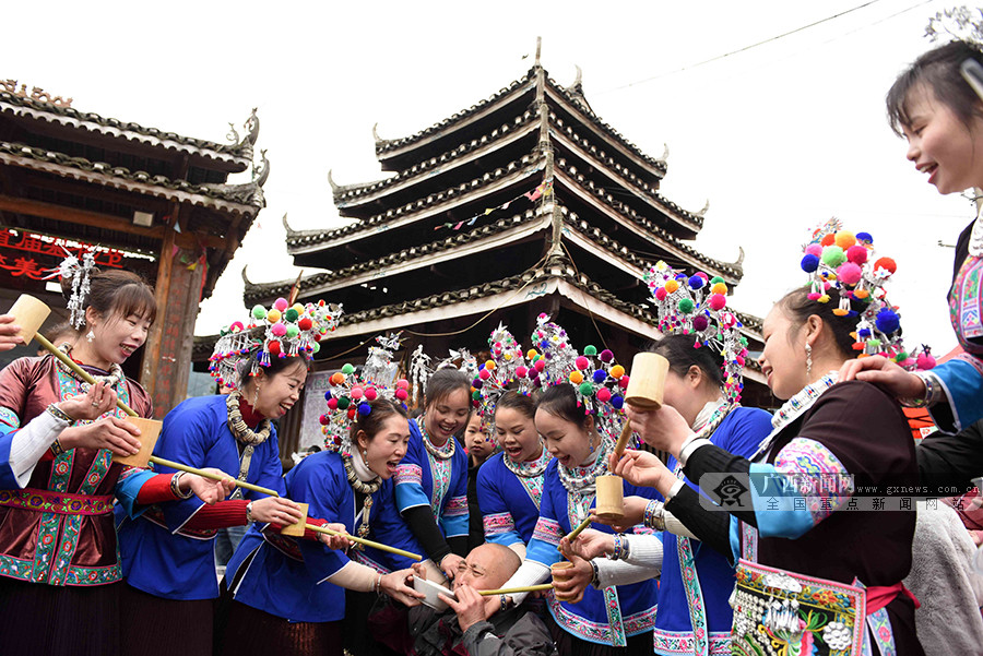 【高清組圖】廣西三江:以花為媒展風情
