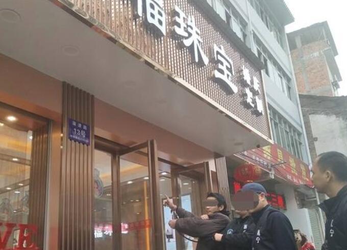 南宁珠宝店抢劫案嫌犯指认现场 讲述整个作案过程
