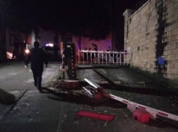 视频:南宁一司机撞进停车场 还连续撞坏三辆车