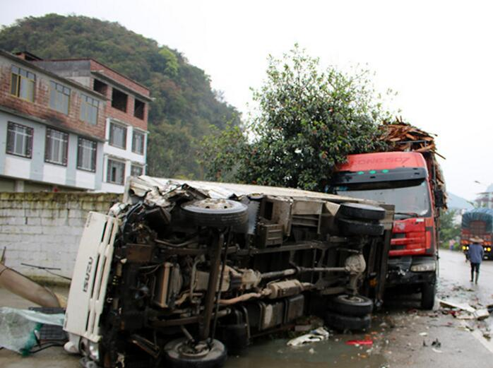 货车越线超车致三车相撞两人被困 消防紧急施救