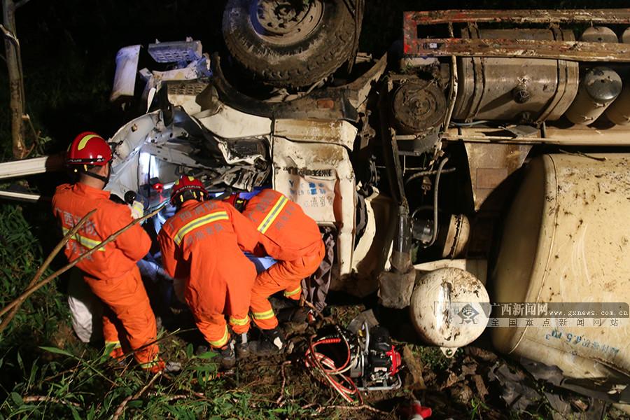 夜间行车请谨慎!又一辆水泥罐车侧翻 车头面目全非