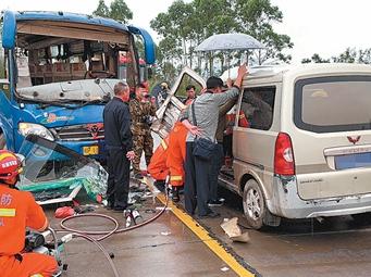 防城港一客车与面包车相撞5人受伤 消防救出伤员