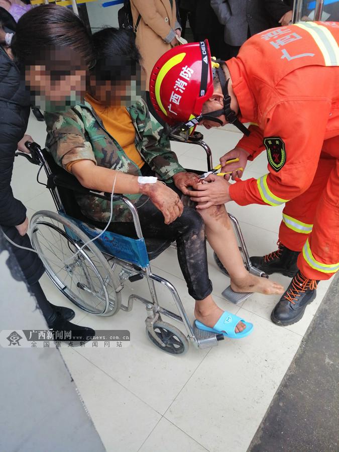 靖西一女子被戒指卡手 消防员用钳子五分钟取