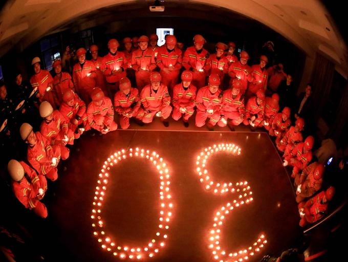 广西融安消防官兵为牺牲的四川森林消防战友祈福