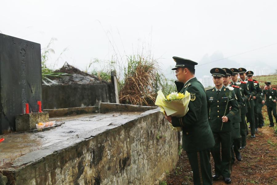 河池:武警官兵緬懷戰友陳卓偉(組圖)