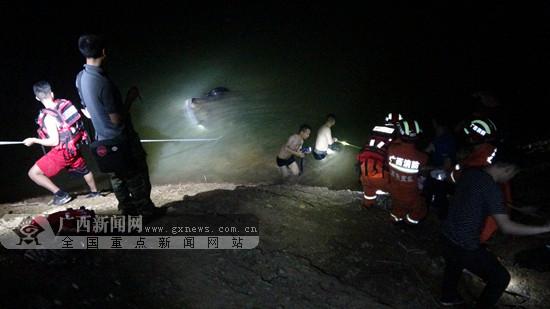 视频|百色:小车翻下山底坠河 车内一名男子身亡