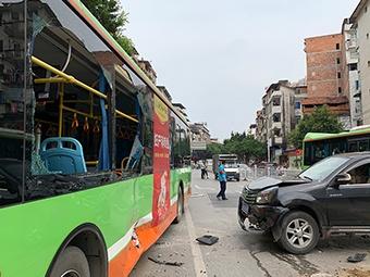 4月10日焦点图:越野车突然失控 3车被撞3人受伤