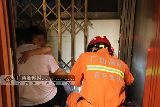 百色一小孩脚被卡电梯 消防人员紧急救援(图)