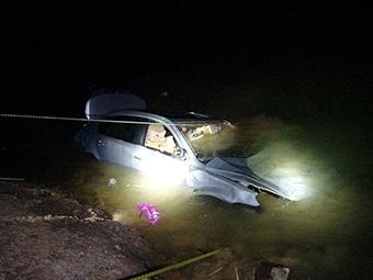 4月11日焦点图:小车翻下山坠河 车内男子不幸身亡