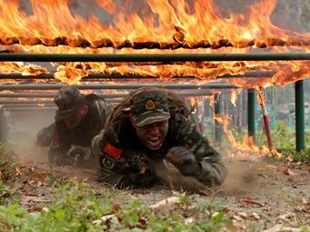 高清:广西武警剑指沙场 极限训练砺精兵