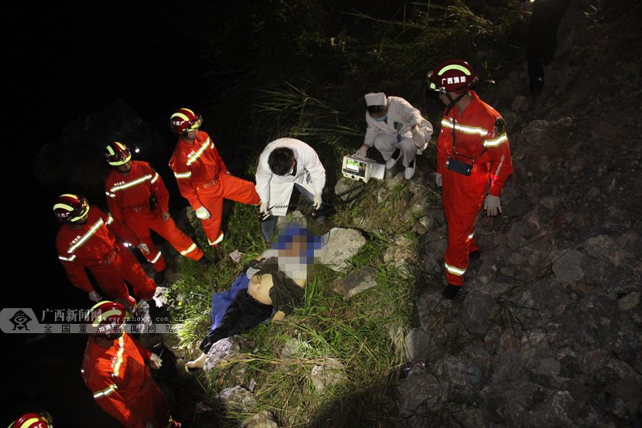 """河池:轿车""""四脚朝天""""躺河里 消防紧急救援"""