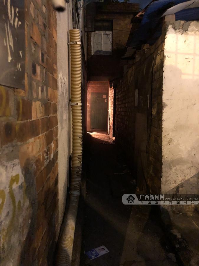 高清图:南宁市唐山路一民房起火 周围均为居民房