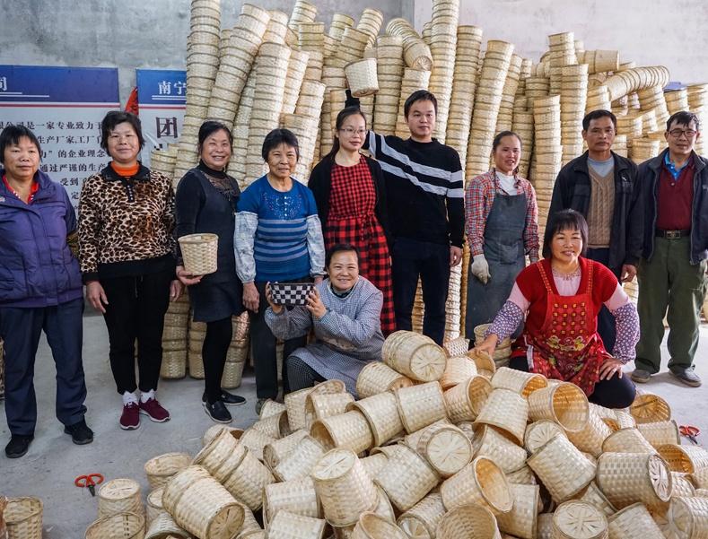 高清:家庭主妇变身创业达人 做起编织工艺品生意