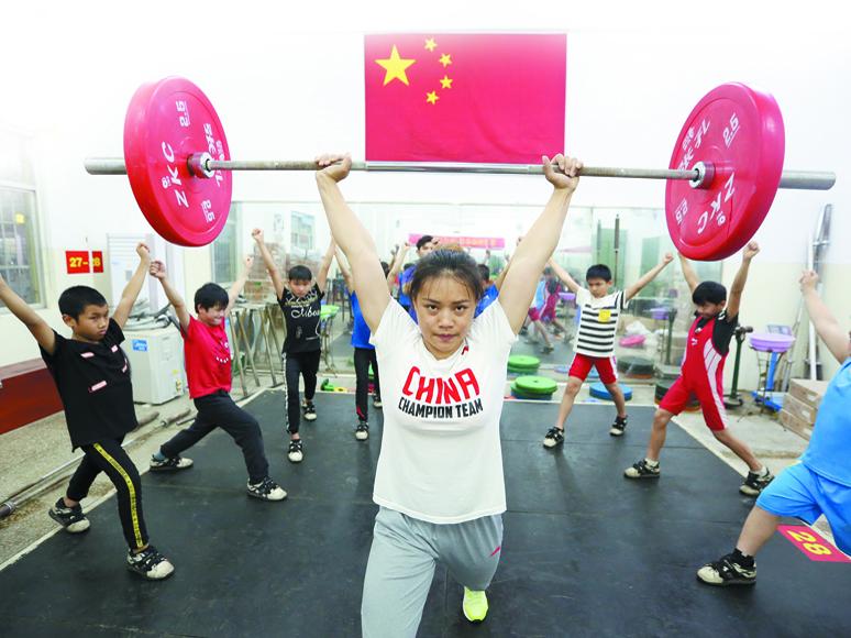高清:举重冠军回乡授艺 推动着广西体育事业发展