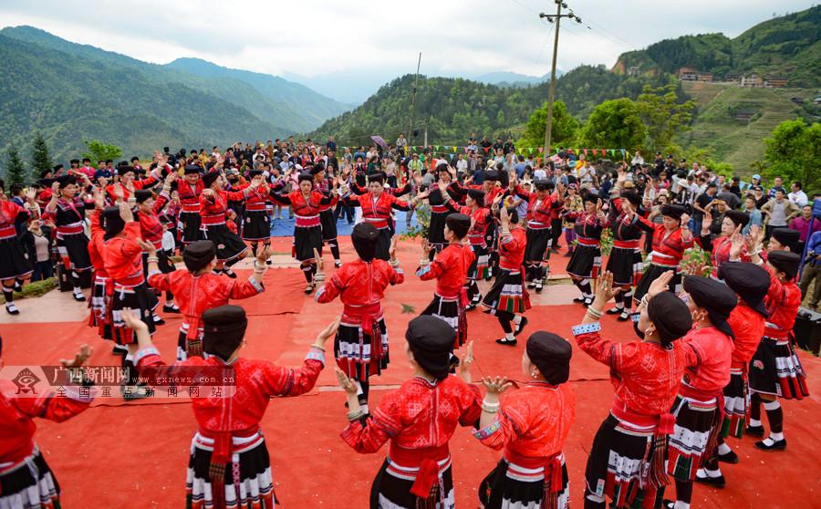 """高清:龙胜举办古树茶文化节 展示""""飞天采茶"""""""