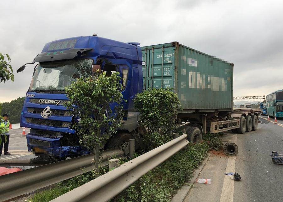 未保持安全車距 半掛車高速路追尾前方貨車