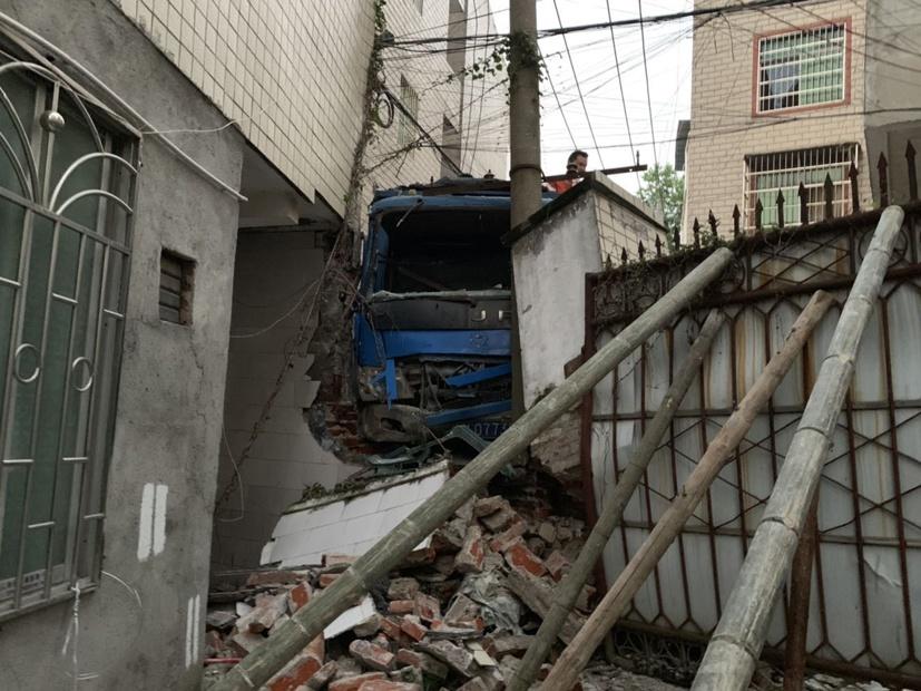 4月20日焦点图:货车失控撞上一栋民房 撞出大窟窿