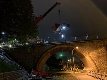 无牌重卡连撞5车后冲下鹿寨大桥 事故致1死2伤(图)