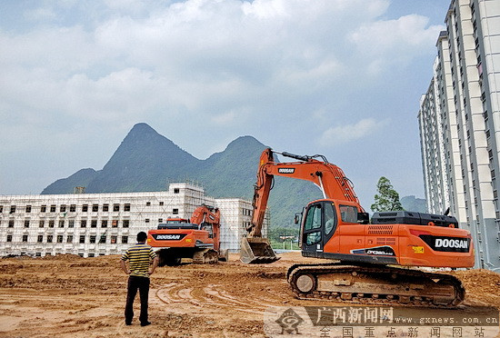 大化生态民族新城初级中学建设如火如荼